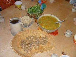Gemüsesuppe und Schale mit Brot