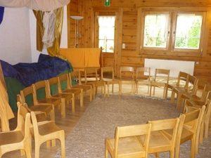 Stuhlkreis im Versammlungsraum