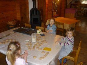 Kinder formen Semmeln aus Teig
