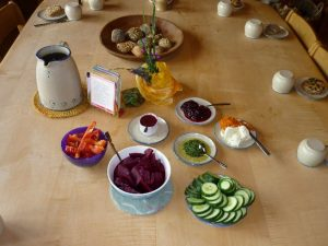 Gedeckter Tisch mit selbstgemachten Semmeln