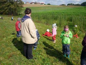 Kinder rasten auf einer Wiese